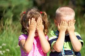 kinderen met handen voor de ogenimages